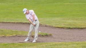 Rasmus Karlsson slår ett slag från sandbunkern.