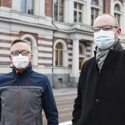 Ilkka Käsmä ja Timo Koivisto kasvomaskit kasvoillaan.