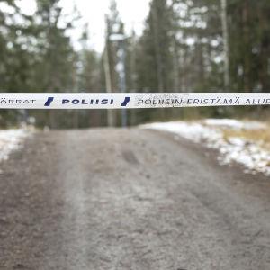 Poliisin eristysnauha on vedetty kevyenliikenteen väylän yli.