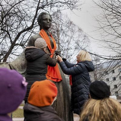 Minna Canthin patsas sai oranssin huivin Jyväskylässä.