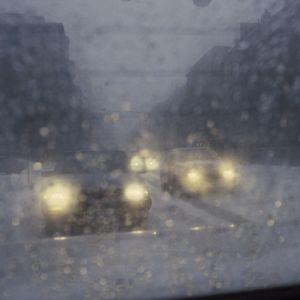 Bilar på en snöslaskig väg
