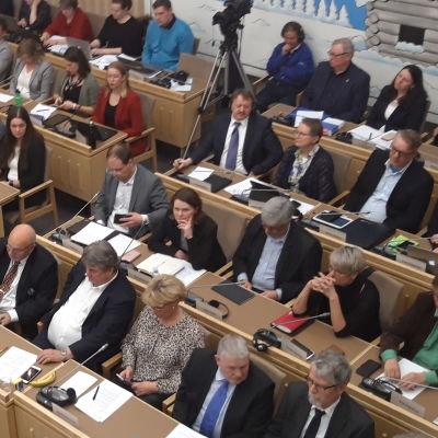 Fullsatt fullmäktigesal i Korsholm. Bild tagen uppifrån läktaren.