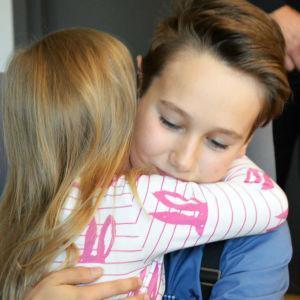 Livräddaren Matias Latvala får en kram av flickan han räddade.