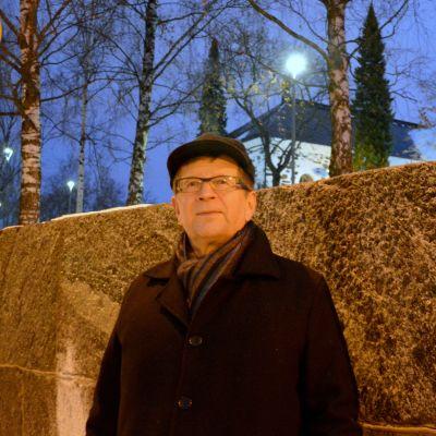 Mikko Moilanen seisoo kulmauksessa ja Kuopion kirkko taustalla.