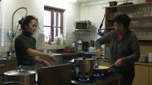 Ngima Doma Sherpa och Carmen Kathrein tillreder mat för gästerna.