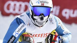 Norrmannen Kjetil Jansrud åkte med ett skrämmande ansiktsskydd under störtloppsträningen.