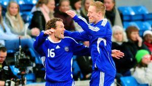 Jonatan Johansson och Mikael Forssell firar i landslaget.