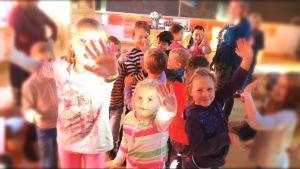ettorna i Steinerskolan i Helsingfors har engelskalektion