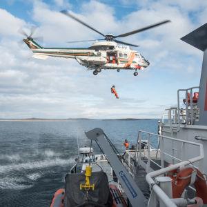 Helikopter vid sjöräddningsövning.