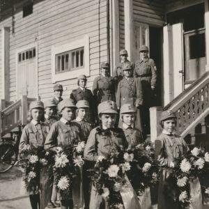 Smålottor hjälper till vid hjältebegravning 1941.