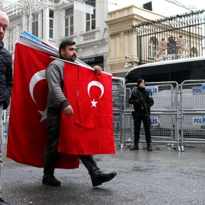 Turkin lippua kantava mies käveli Hollannin konsulaatin ohi Istanbulissa maanantaina 13. maaliskuuta 2017