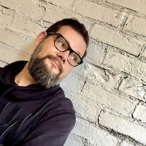 Kuvassa toimittaja Joni Nieminen Yle Oppiminen
