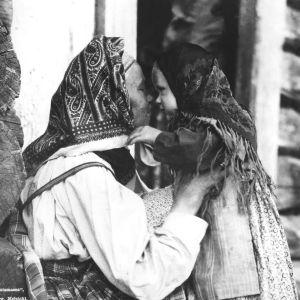 I. K. Inhan valokuvan kuvatekstinä Kalevalan laulumailta -kirjassa pikku tyttöjä ei suudella, vaan ne ''antavat njokkoo'', hierovat nenää tätinsä kanssa