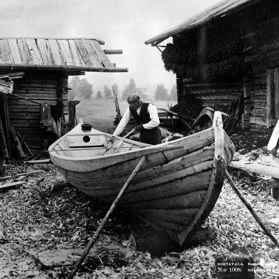 I. K. Inhan valokuvassa veneenrakentaja Haavuksessa Sortavalassa