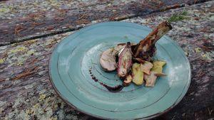 Kaunis pororuoka-annos aseteltuna vihreälle lautaselle.