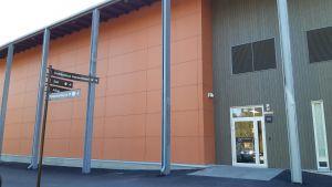 Eskoon palvelukeskuksen uuden rakennuksen ja liikuntasalin pääty.