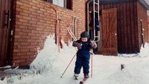 Hans Mäenpää skidar som barn.