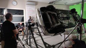 I en filmstudio håller man på och gör en effekt där en bil snurrar runt i luften.