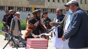 En grupp talibanrebelller lade ner sina vapen den här veckan i provinsen Baghlan. Talibanerna meddelade ett par dagar senare om ett ensidigt eldupphör över Id al-Fitr helgen.