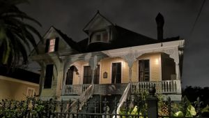 Boswell Sistersien kaunis vanha puinen kotitalo dramaattisessa yövalaistuksessa