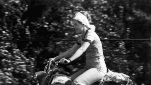 Kvinna på moped