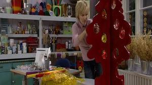 Ann-Louise klär julgranen.