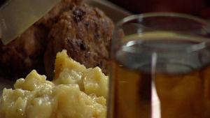 Potatislåda med kålrot och köttbullar