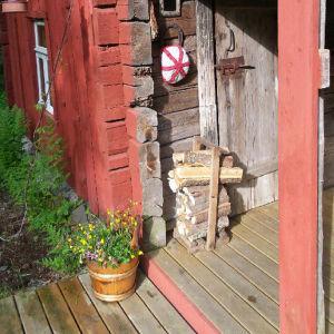 Ikää saunalla noin sata vuotta. Ollut alunperin savusauna. Sauna toimii kesäsaunanamme, ja siellä saa ihanan pehmeät löylyt. Sauna on nimetty mopsimme mukaan, joka rakastaa saunomista jopa yksin.