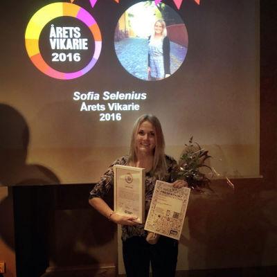 Sofia Selenius poserar med sina diplom.