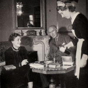 Författaren Agnes von Krusenstjerna med sin man David Sprengel och deras jungfru i hemmet på Karlavägen i Stockholm. 1930-tal.
