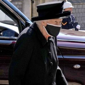 Drottning Elizabeth II i svarta sorgekläder och svart munskydd på väg mot St George's Chapel i Windsor.