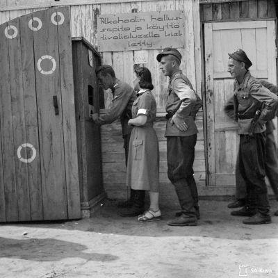 Karhumäen Rintamativoliin jonotetaan sisäänpääsylippuja  11.7.1943.