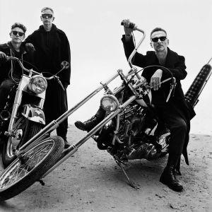 Depeche Mode -yhtye poseeraa moottoripyörien kanssa. (pr-kuva)
