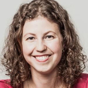 Porträtt mot vit bakgrund på Kristel Welander