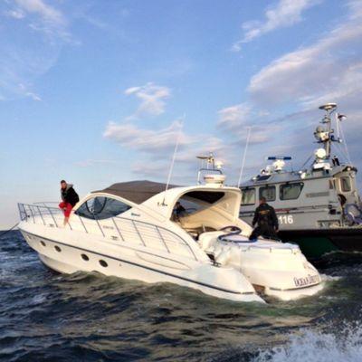 Jari Sillanpääs båt tog in vatten utanför Tallinn 7.7 2014.