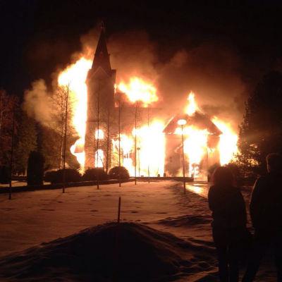 Ylivieska kyrka brinner den 26 mars 2016.