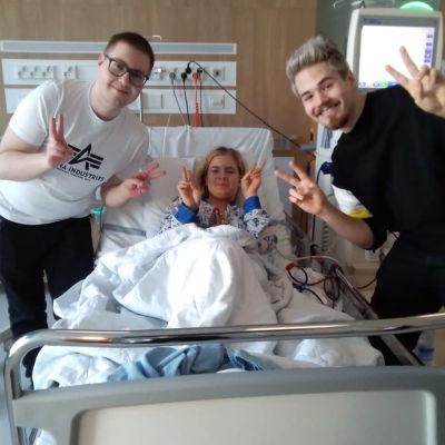 Emma fick en ny njure. Hon får besök på Nya barnsjukhuset av youtubarna MiskaMh och roponen.