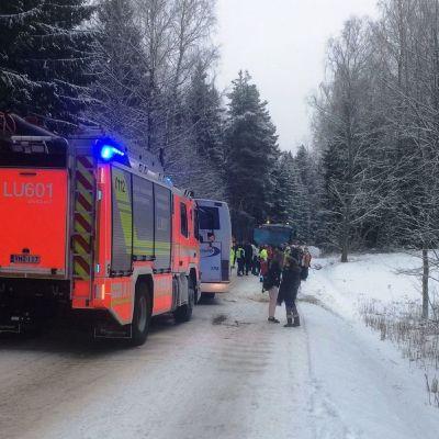Buss krockade med lastbil i Stortötar i Lojo.