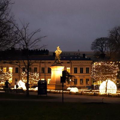 Jouluvalot Brahenpuistossa Turussa joulukuussa 2020.