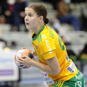 SIF:s Saara Lehtola håller en boll i handen.