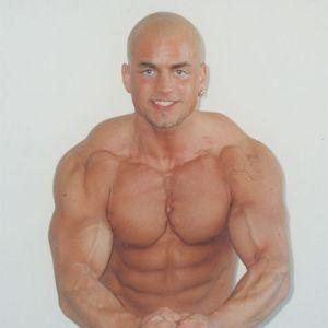 Kenneth Sandvik spänner musklerna.