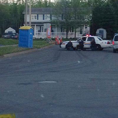 Polisen jagar polismördare i staden Moncton i Kanada