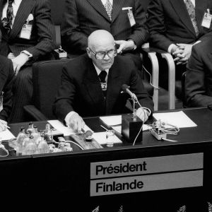 Urho Kekkonen puheenjohtajan paikalla ETYKissä Helsingissä 1975