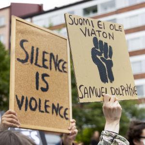 """""""Suomi ei ole viaton"""" -teksti rasisminvastaisessa mielenosoituksessa."""