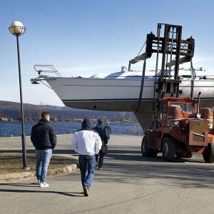 Venettä kuljetetaan talvisäilytyksestä kohti satamaa.