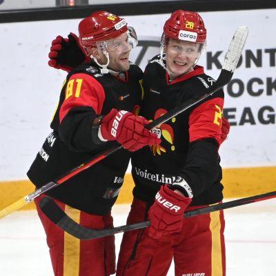 Iiro Pakarinen och Otto Leskinen firar mål.