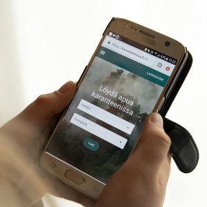 Karanteeni.fi-nettisivu kännykän näytöllä.