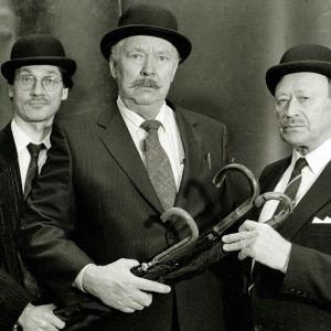 Näyttelijöitä kuunnelmasta Knalli ja sateenvarjo