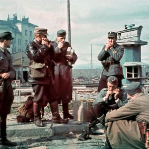 Suomalaisia sotilaita takaisin vallatun Viipurin rautatieaseman ratapihalla 1941.