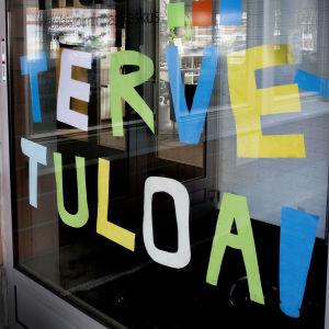 Kansalaistoiminnankeskus Mataran oven suuhun on liimattu tervetulotoivotus.